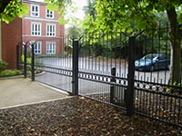 The Melton Mowbray is a popular flat top steel design with a subtle decorative rise at either end of the top. Flat topped gates often look better than curved gates when they are lined through with railing panels, adds interest and avoids the gate looking completely rectangular.